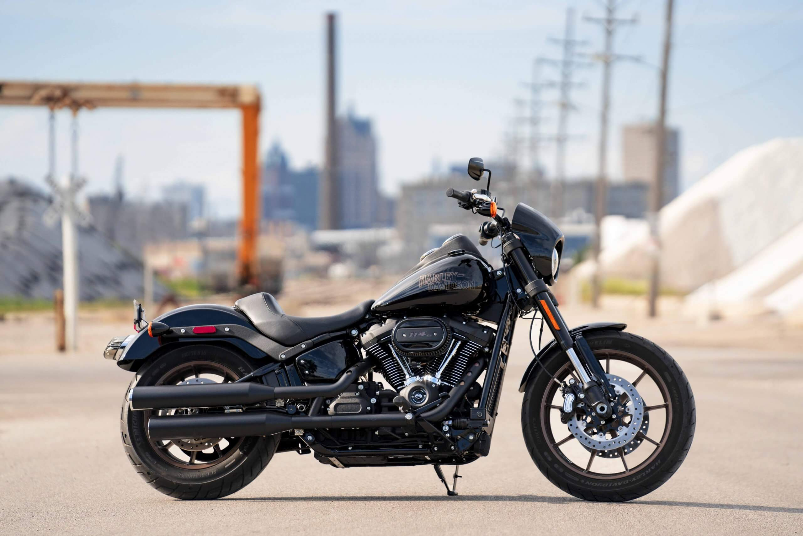 Milwaukee-Eight® 114 V-Twin engine and moto-style drag bars