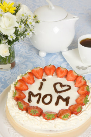 "A delicious cake featuring ""I <3 Mom"""